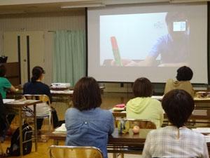 山田町の参加者はPC画面をスクリーンに映し視聴した(10月2日)