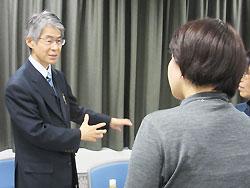 終了後、参加者の質問に答える大矢先生