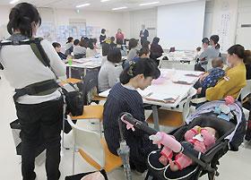 たくさんのお母さんが赤ちゃんを連れて参加した講座