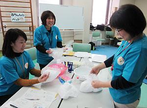 専門職も皆さんもビニール袋を使ってきめの細かな泡を作る実習に取り組んだ