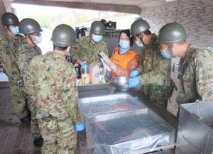 自衛隊による「給食支援」を見学、即席で味付けのアドバイスも(昭和の森公園フィットネスセンターで)