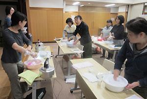 「スキンケア」実習では、講師が実際に手を洗ってお手本を示した
