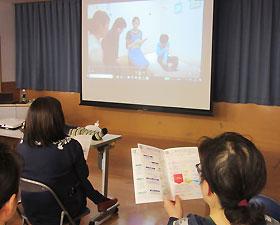 研修会では「緊急時対応マニュアル」に沿った動きを動画で確認した