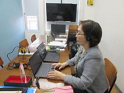 慣れないWeb会議システムで行う研修会には課題も(横浜市内の運営場所で)