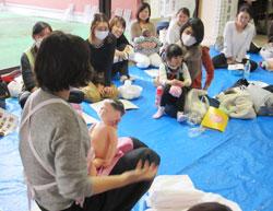 大阪狭山市保健センターの保健師が講師となってスキンケアの実演を行った