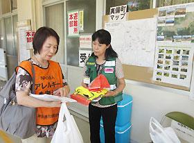 倉敷市真備町の岡田小学校の避難所で保健師に情報を提供
