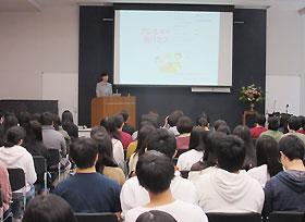 市立病院附属看護学校での研修会には学生全員が参加した